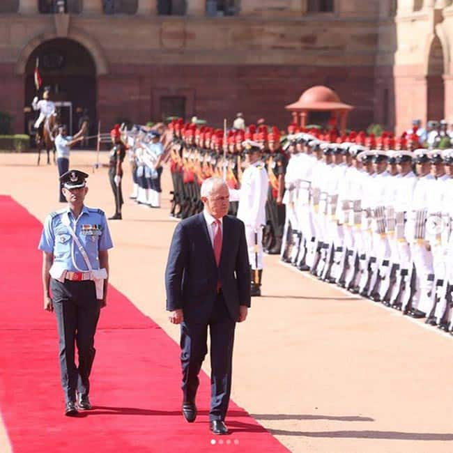 Australian PM Malcolm Turnbull meeting Indian armed forces at India Gate