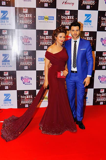 Divyanka Tripathi Dahiya with husband Vivek Dahiya at red carpet of Big Zee Entertainment Awards 2017