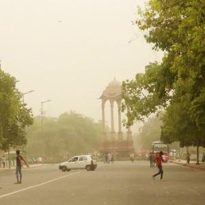 Dust storm hits New Delhi, Delhiites enjoy the pleasant weather at India Gate
