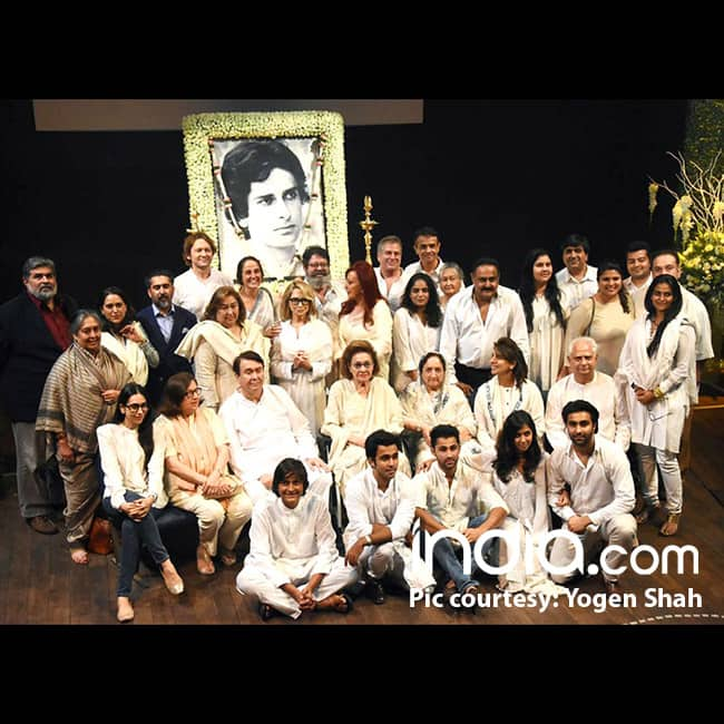 Kapoor family and other guests at Shashi Kapoor   s prayer meet
