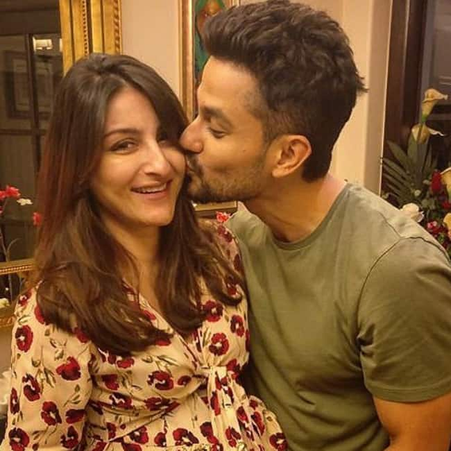 Kunal Khemmu kissing wife Soha Ali Khan Pataudi
