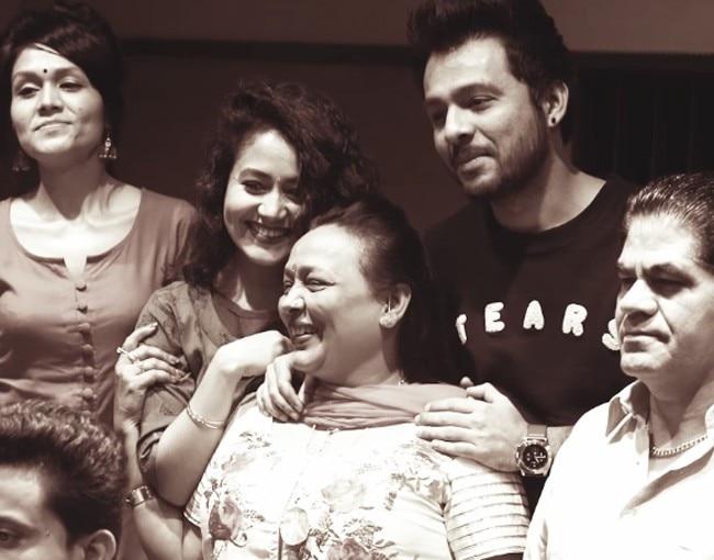 Lori Suna Fir Se By Neha Kakkar Tony Kakkar And Sonu Kakkar Mother S Day 2017 8 Super Emotional Songs You Could Dedicate To Your Moms Photo Gallery India Com Photogallery