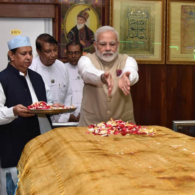 Narendra Modi pays tribute at Bahadur Shah Zafar   s tomb in Myanmar