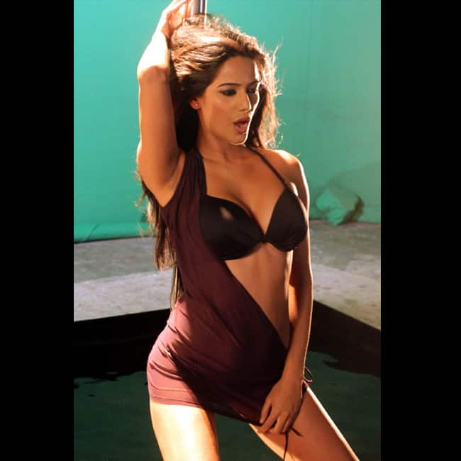 Poonam Pandey looks hot AF in this picture