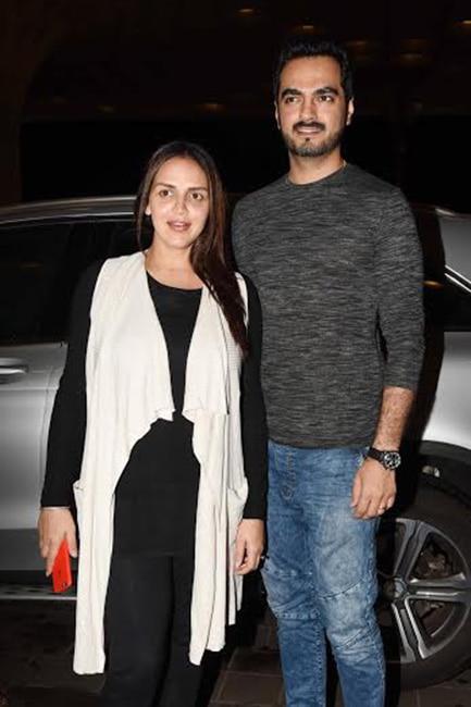 Pregnant Esha Deol with husband Bharat Takhtani at Mumbai airport