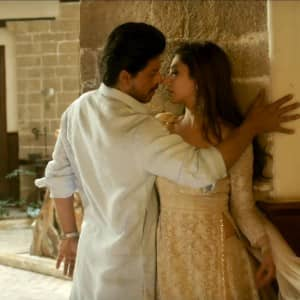 8 super romantic stills of Shah Rukh Khan and Mahira  Khan from Zaalim song of Raees are breathtakingly hot!