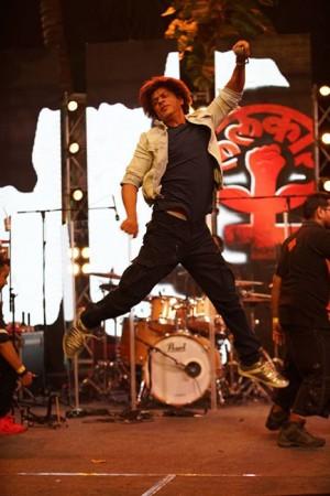 Shah Rukh Khan LALKAAR's out with Farhan Akhtar during MARD concert against women violence!
