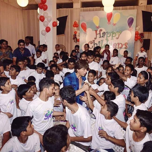 Shah Rukh Khan dancing with kids on Children's Day