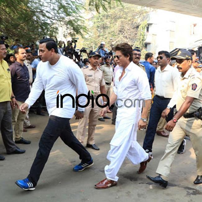 Shah Rukh Khan snapped  at Vile Parle crematorium