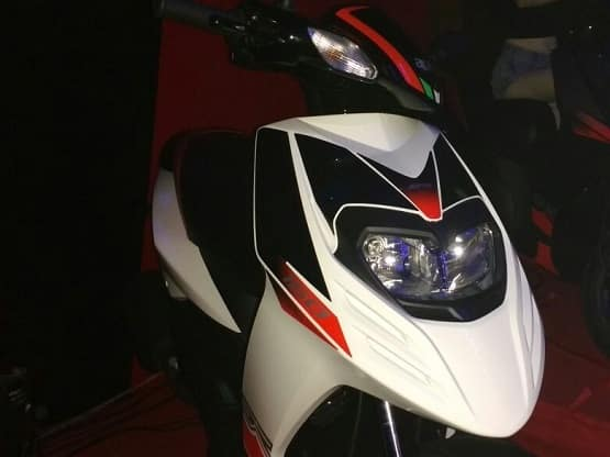 The front has been guarded by double barrel headlamp section that comes integrated on the apron. The clear lens turn indicators are embedded towards the handlebar with Aprilia stickering flaunting the brand name at the centre.