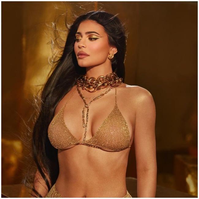 A bikini bottom and nothing else, Kylie Jenner proves yet again she's the goddess!