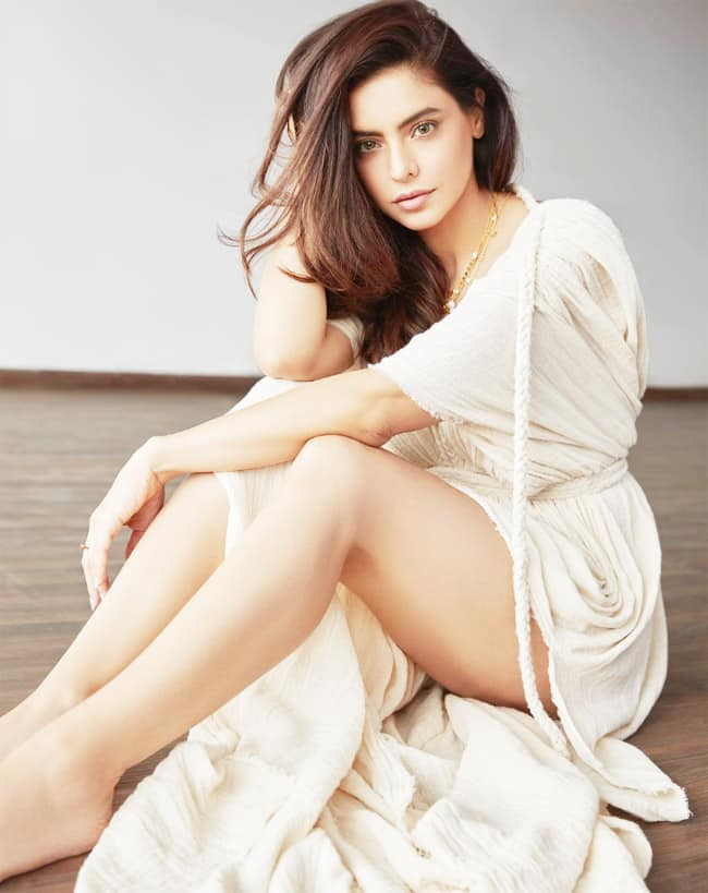 Aamna Sharif Drops Sensuous Photos on Instagram in Hot And Sexy White Dress