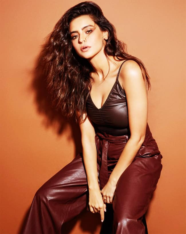 Aamna Sharif Drops Sensuous Photos on Instagram in Sexy Leather Outfit