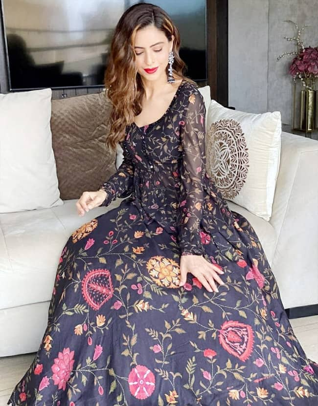 Aamna Sharif flaunts her beautiful wardrobe on social media
