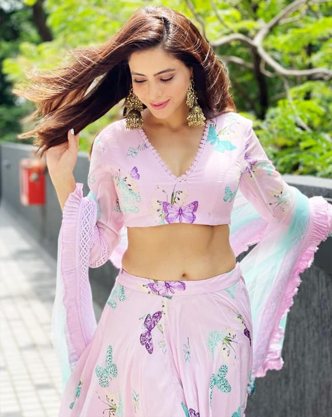 Aamna Sharif is Hot! She wore a fine lavender lehenga and V-neck blouse with long sleeves