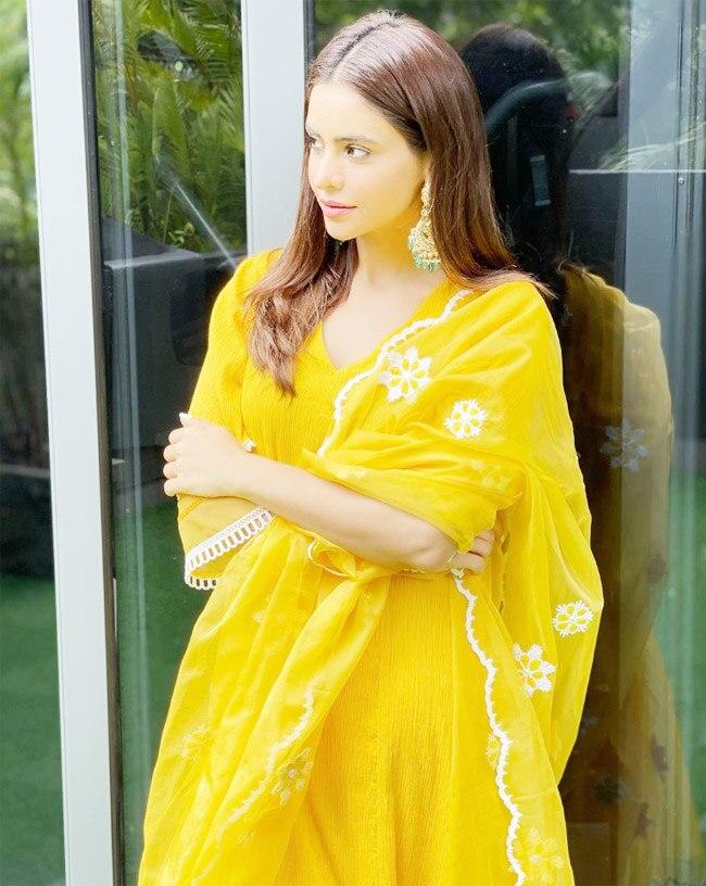 Aamna Sharif Looks as Beautiful as a Sunflower
