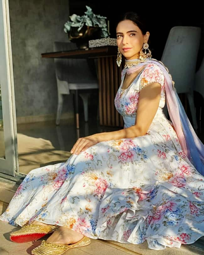 Aamna Sharif looks pretty in a floral suit