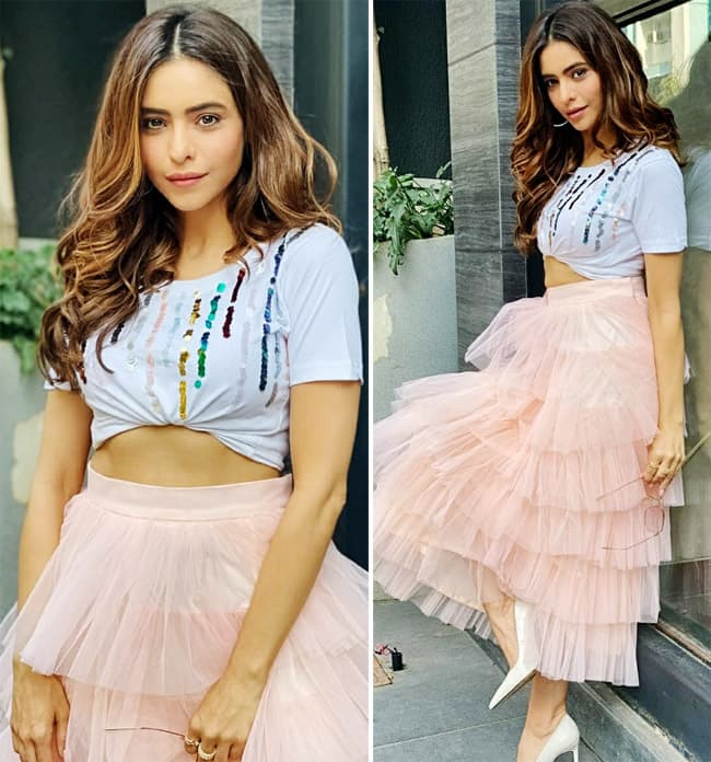 Aamna Shariff Flaunts Her Ans in Crop Top And Flurry Skirt