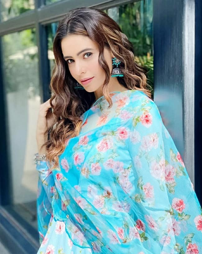 Aamna Shariff rocks the ethnic chic with subtle makeup and nude lips