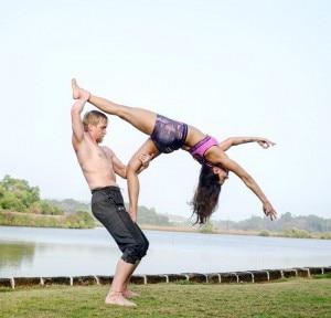 International Yoga Day 2020: Aashka Goradia, Hubby Brent Goble Hot Yoga on Beach is Perfect Inspiration This Year