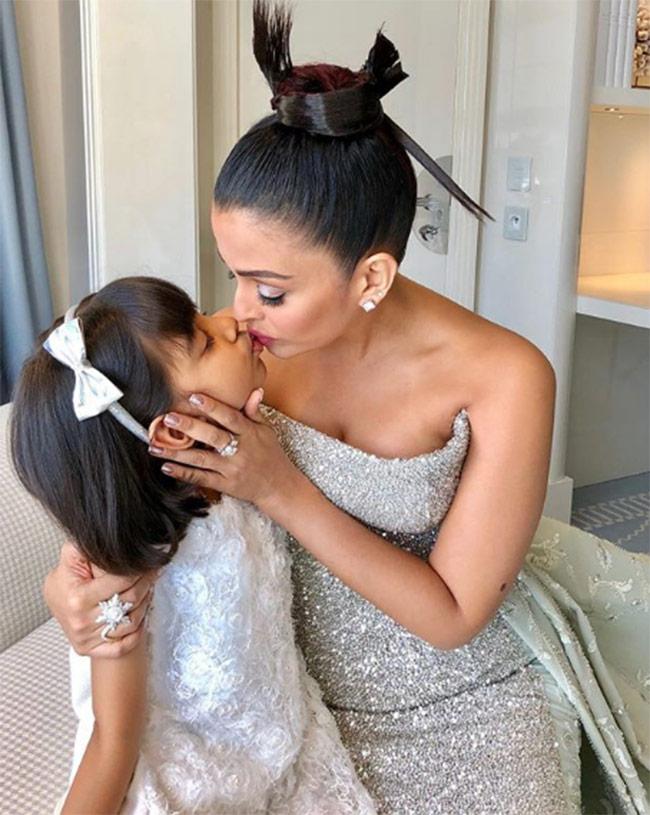 Aishwarya Rai kissing Aaradhya Bachchan in Cannes