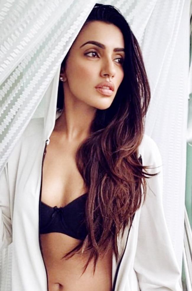 Akshara Gowda Flaunts Her Washboard Abs
