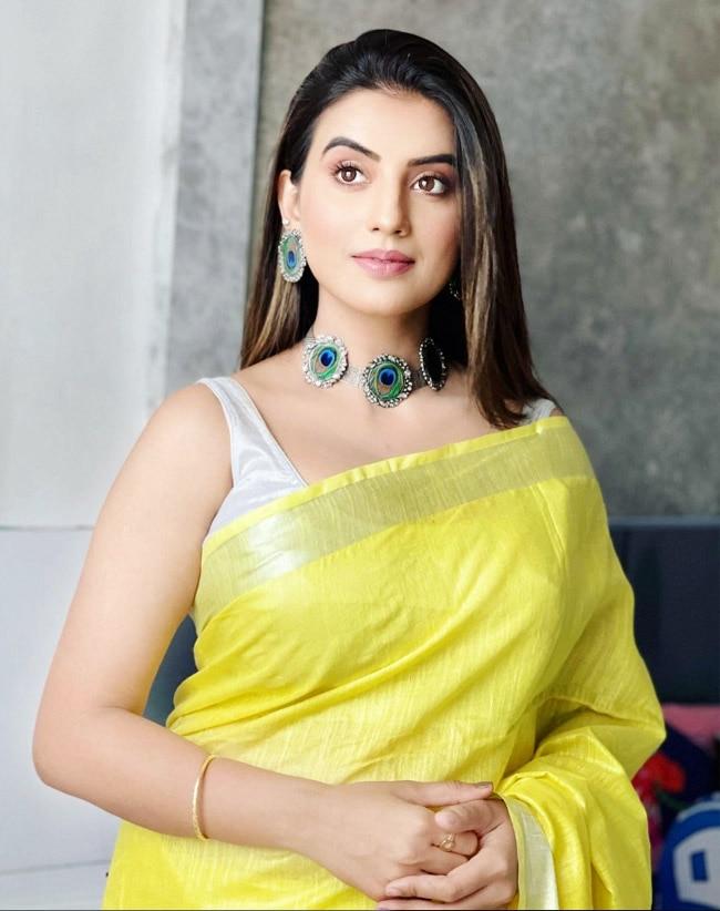Bhojpuri Diva Akshara Singh Looks Fresh As Daisy in a Yellow Saree| See Photos