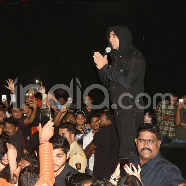 Akshay greets fans