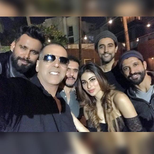 Akshay Kumar   s selfie with team of Gold movie