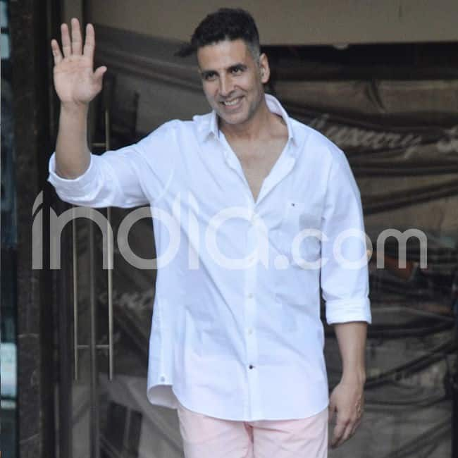 Akshay waved for the cameras