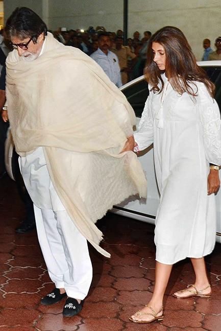 Amitabh Bachchan with daughter Shweta Nanda at Vinod Khanna   s prayer meet