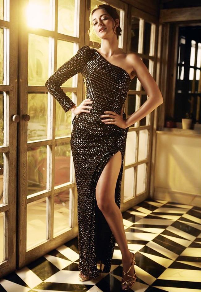 Ananya flaunts her sexy body