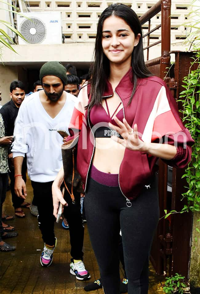 Ananya Pandey Looks Smoking Hot in Sports Bra And Tights as She Gets Snapped by The Paps