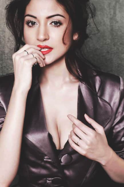 Anushka Sharma flaunts her sexy cleavage in this picture