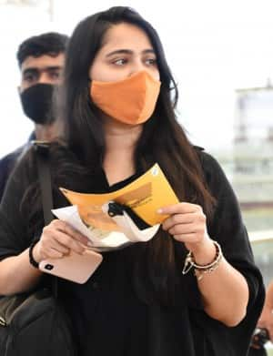 Anushka Shetty Airport Look: Baahubali Actor Stuns in Black Top And Mask, Pictures Go Viral