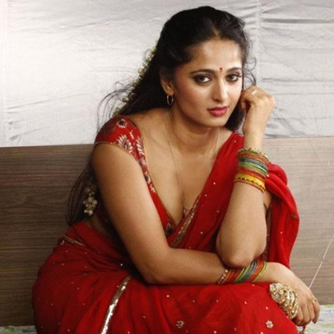 Anushka Shetty Flaunting Her Cleavage