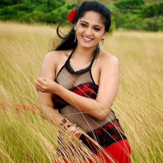 Anushka Shetty flaunting her cleavage in super hot shoot