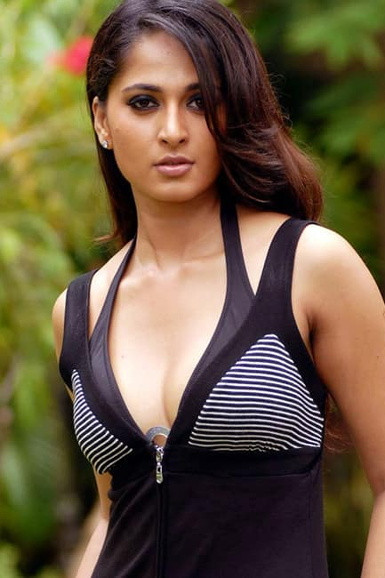 Anushka Shetty flaunts her sexy cleavage in this picture