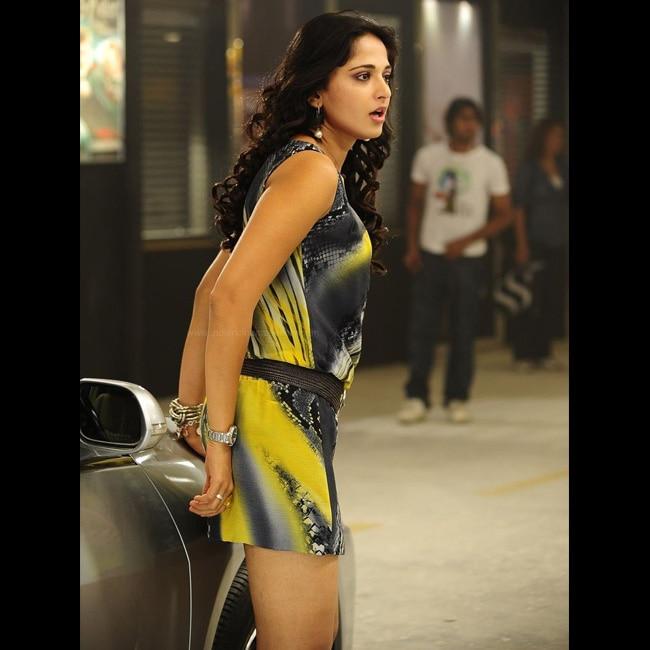 Anushka Shetty flaunts her sexy curves