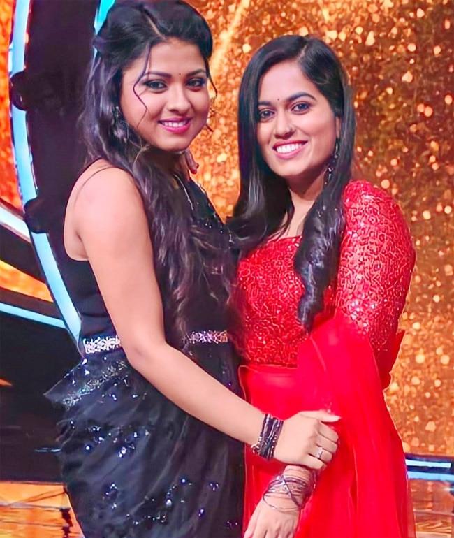Arunita Kanjilal  Sayli Kamble Pose Together On Indian Idol 12 Stage