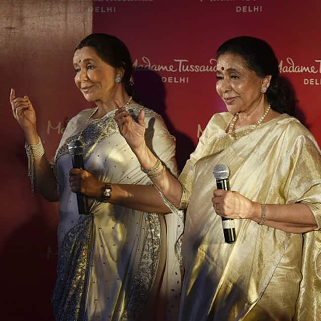 Asha Bhosle posing with her wax statue at Madame Tussauds in Delhi