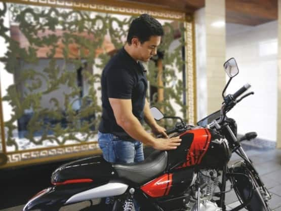 Bajaj V15 bikes gets a cafe racer style fuel tank  trapezoidal headlights  broad handlebars  single seat  a removable tail cowl as well asLED taillamps  The V15 motorcycle also bags a telescopic front forks and twin gas charged rear shocks