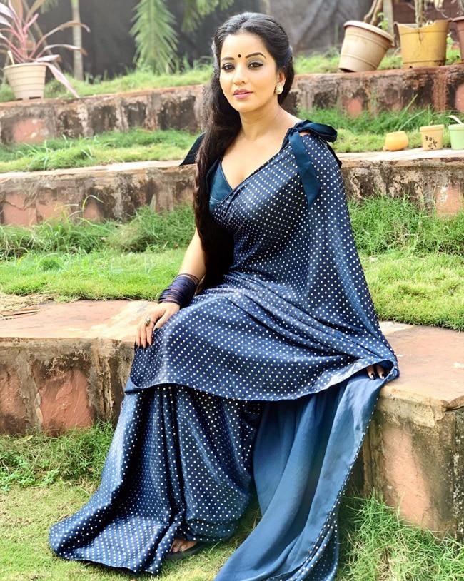 Bhojpuri Hottie Monalisa   s Navy Blue Saree Look is Setting The Mercury Level Soaring