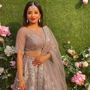 Bhojpuri Hot Bomb Monalisa Looks Mesmerising in Lehenga Look as She Attends Riya Rajpoot's Wedding