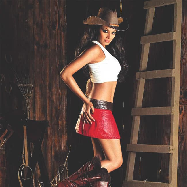 Bipasha Basu flaunting her sexy midriff during hot shoot