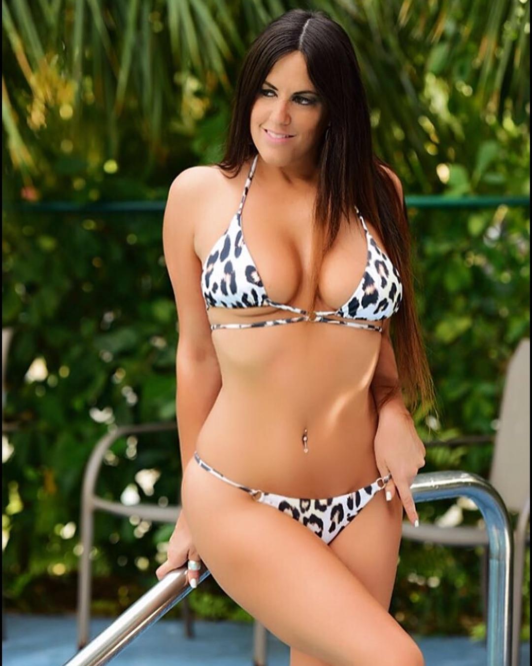 Claudia Romani Looks Smoking Hot in Bikini Look