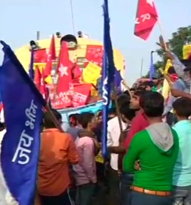 CPIML groups block train routes in Bihar   s Arrah