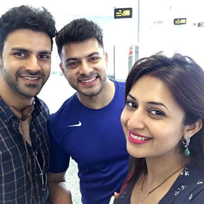 Divyanka Triapathi and Vivek dahiya   s selfie at Chandigarh airport