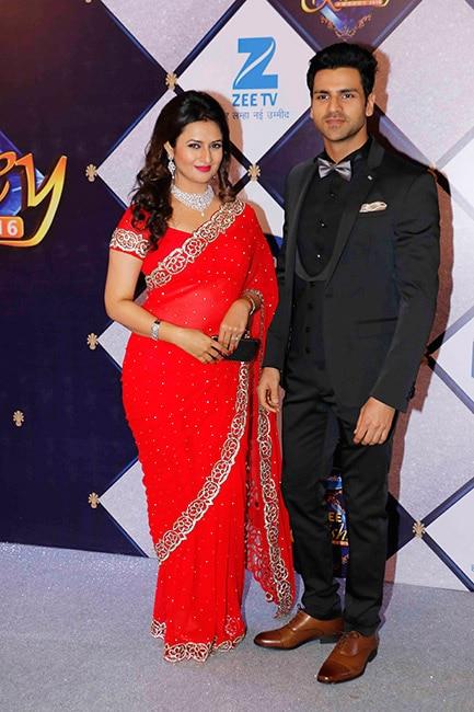 Divyanka Tripathi Dahiya with husband Vivek Dahiya at red carpet of Zee Rishtey awards 2017