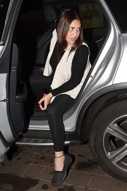 Esha Deol snapped stepping out of car outside Mumbai airport